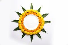 O rangoli hindu da flor da decoração do festival usando o cravo-de-defunto e a manga folheiam imagem de stock