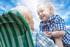 O rapaz pequeno abraça maciamente sua avó amado Gerações de amor fotos de stock