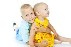 O rapaz pequeno abraça uma menina foto de stock royalty free