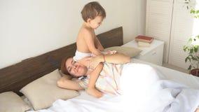 O rapaz pequeno acorda sua mãe de sono filme