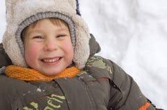 O rapaz pequeno alegre aprecia o inverno Foto de Stock Royalty Free