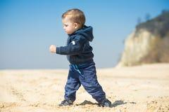 O rapaz pequeno anda na praia Foto de Stock Royalty Free