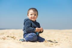 O rapaz pequeno anda na praia Foto de Stock