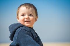O rapaz pequeno anda na praia Fotos de Stock