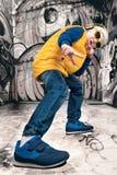 O rapaz pequeno ao estilo do hip-hop Forma do ` s das crianças Tampão e revestimento O rapper novo Grafittis nas paredes Refriger Fotos de Stock Royalty Free