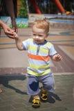 O rapaz pequeno aprende andar fotografia de stock royalty free