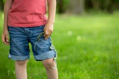 O rapaz pequeno bonito com a mão cuffs em suas mãos foto de stock royalty free