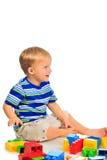 O rapaz pequeno bonito está jogando fotos de stock royalty free