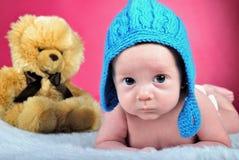 O rapaz pequeno com as mentiras grandes dos olhos Foto de Stock Royalty Free