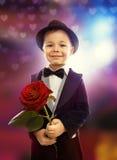 O rapaz pequeno com aumentou Imagens de Stock