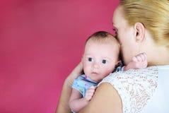 O rapaz pequeno com os olhos grandes no mum nas mãos Fotos de Stock