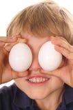 O rapaz pequeno com ovo eyes o vertical Imagem de Stock