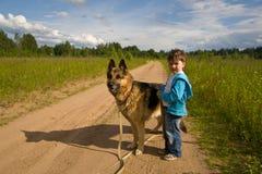 O rapaz pequeno com um cão Fotos de Stock Royalty Free