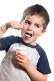 O rapaz pequeno come o yougurt Fotos de Stock Royalty Free