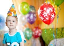 O rapaz pequeno comemora o aniversário imagem de stock