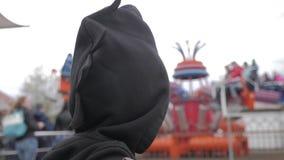 O rapaz pequeno contra ferris roda dentro o parque de diversões filme