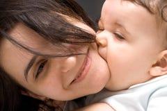 O rapaz pequeno de 7 meses beija mum pleased Imagem de Stock Royalty Free