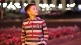 O rapaz pequeno de 8 anos seridos à câmara de vídeo filme