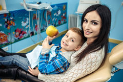 O rapaz pequeno e sua mãe estão no armário do dentista Fotografia de Stock