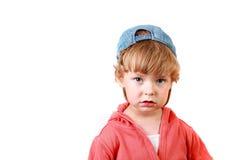 O rapaz pequeno em um tampão imagem de stock royalty free