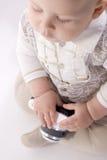 O rapaz pequeno está entregando uma câmera fotos de stock royalty free