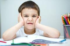 O rapaz pequeno está guardando lápis da cor Imagem de Stock Royalty Free