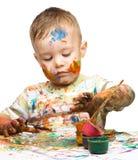 O rapaz pequeno está jogando com pinturas Fotos de Stock Royalty Free