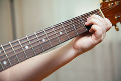 O rapaz pequeno está jogando a guitarra Foto de Stock Royalty Free