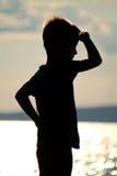 O rapaz pequeno está na praia Fotos de Stock Royalty Free