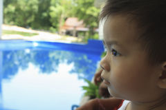 O rapaz pequeno está olhando afastado Fotografia de Stock