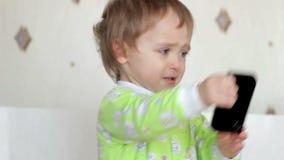 O rapaz pequeno estava gritando, jurando, dano vídeos de arquivo