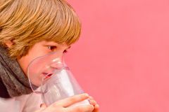 O rapaz pequeno faz a inalação em casa, tomando a medicamentação aos tubos brônquicos tube Imagem de Stock Royalty Free