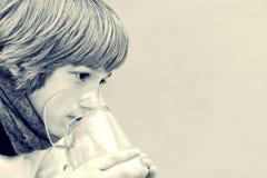 O rapaz pequeno faz a inalação em casa, tomando a medicamentação aos tubos brônquicos tube Imagens de Stock