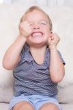 O rapaz pequeno fechou seus olhos. Foto de Stock Royalty Free
