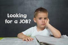 O rapaz pequeno gosta de um homem de negócios com o texto que PROCURA UM TRABALHO Foto de Stock Royalty Free