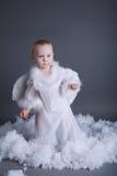 O rapaz pequeno gosta do anjo no céu Imagem de Stock