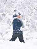 O rapaz pequeno joga na neve imagem de stock royalty free