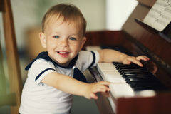 O rapaz pequeno joga o piano Imagens de Stock Royalty Free