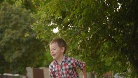 O rapaz pequeno lança um plano de papel vídeos de arquivo