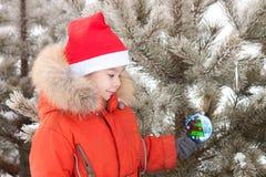 O rapaz pequeno na caminhada do inverno é decorado com Imagens de Stock