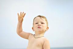 O rapaz pequeno na costa de mar Foto de Stock
