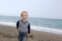 O rapaz pequeno na praia mediterrânea Imagem de Stock Royalty Free