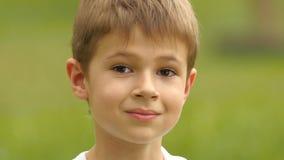 O rapaz pequeno olha na distância Movimento lento Fim acima vídeos de arquivo