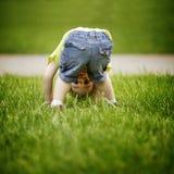 O rapaz pequeno olha upside-down fotos de stock royalty free