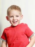 O rapaz pequeno tem o divertimento e baba Imagens de Stock Royalty Free