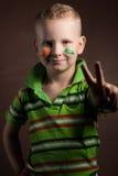 O rapaz pequeno é um fã da Irlanda, Imagem de Stock
