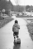 O rapaz pequeno vai com carro do brinquedo Fotos de Stock