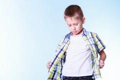 O rapaz pequeno veste acima a roupa nova da tentativa imagens de stock