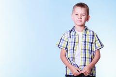 O rapaz pequeno veste acima a roupa nova da tentativa fotografia de stock royalty free