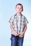 O rapaz pequeno veste acima a roupa nova da tentativa fotos de stock royalty free
